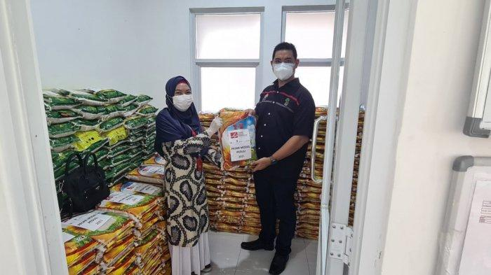 Penyerahan secara simbolis 500 kampel beras 5 KG oleh Kepala Bursa Efek Indonesia (BEI) Cabang Bangka Belitung, Yoseph Kaburuan kepada Wakil Ketua UDD PMI Pangkalpinang, Dr Amelia PMI, Selasa (14/9/2021)