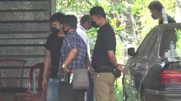 TEREKAM CCTV Ada Orang Naik Mobil dan Motor ke Rumah Tuti di Subang, Seorang Wanita Buang Sesuatu