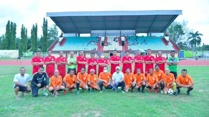 Tim Pemkab Bangka Tengah bersama Tim Pemkab Bangka saat pertandingan persahabatan, di stadion Koba Kabupaten Bangka Tengah pada Sabtu, (18/09/2021) sore.
