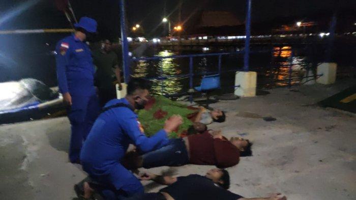 Proses evakuasi penumpang kapal yang sempat terombang-ambing di perairan Tanjung Kalian Muntok, Senin (20/09/2021).