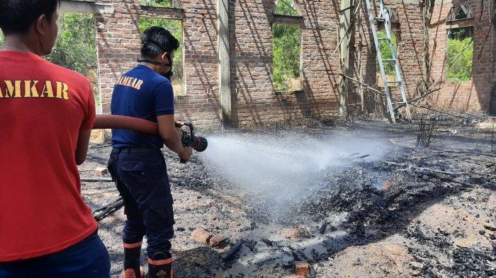 Padamkan Api Dalam Bangunan Masjid, Damkar Bangka Selatan Kerahkan Dua Unit Mobil Pemadam