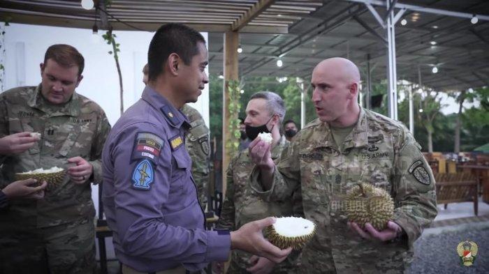 Reaksi Tentara Amerika Serikat Saat Diajak Cicipi Durian dan Pempek, Sampai Disuruh Cium Aromanya