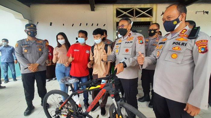 Yudi Sumringah Dapat Sepeda Setelah Divaksin, WakapoldaTargetkan Vaksinasi 100 Persen