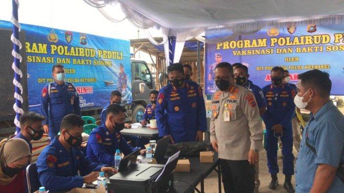 Direktur Polairud Polda Bangka Belitung bersama jajaran saat pelaksanaan vaksinasi Covid-19 di TPI Desa Batu Belubang pada Jumat (24/9/2021).