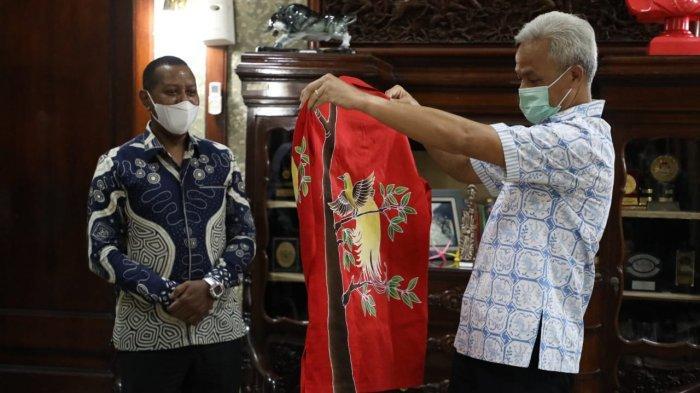 Ganjar Terima Sepasang Batik Bermotif Burung Cenderawasih dari Rektor Uncen