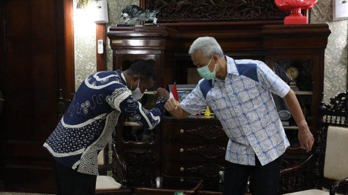 Sepasang batik bermotif burung cenderawasih khas Papua diberikan oleh Rektor Universitas Cenderawasih(Uncen)