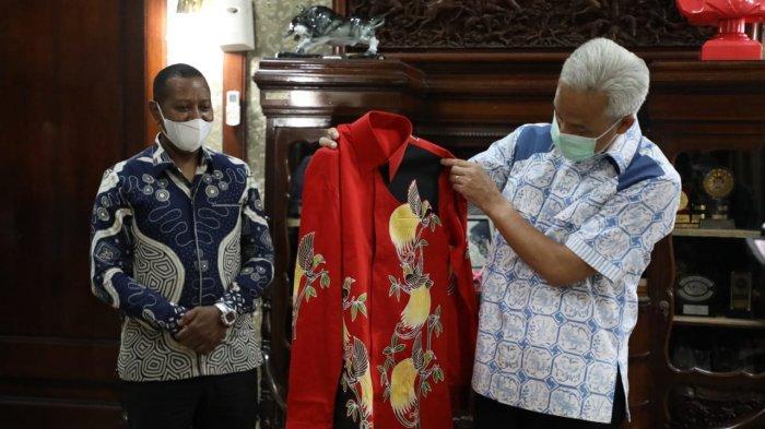Sepasang batik bermotif burung cenderawasih khas Papua diberikan oleh Rektor Universitas Cenderawasih (Uncen)