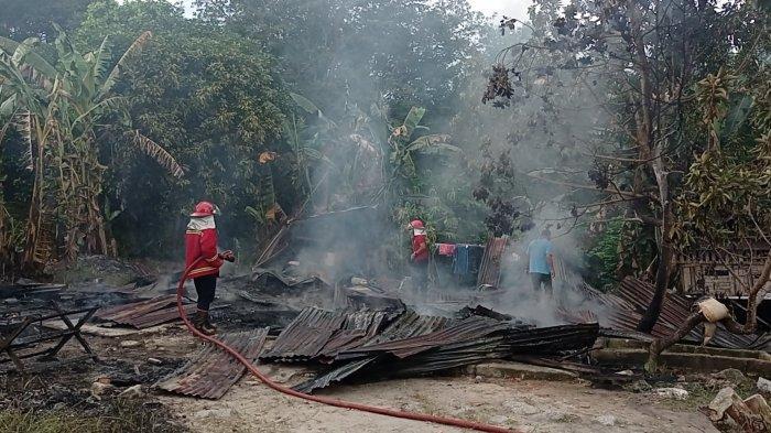 Rumah milik Reza (36) Kampung Samak, Kelurahan Menjelang, Kecamatan Muntok hangus terbakar, Selasa (28/09/2021).