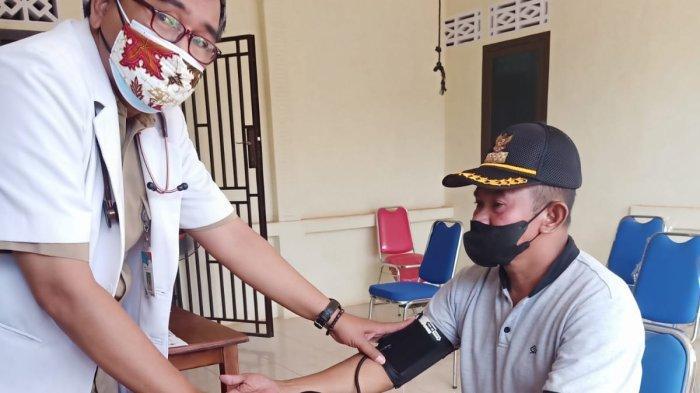 Kepala Desa Cit, H. Ardani pada saat Melakukan Vaksinasi di kantor desa setempat, Rabu (22/9/2021).