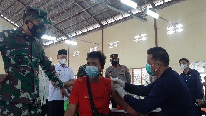 Danrem 045/Garuda Jaya, Brigjen TNI M. Jangkung Widyanto bersama Wakil Bupati Bangka Tengah Herry Erfian saat mengunjungi serbuan vaksinasi HUT TNI ke- 76 di Gedung Serba Kabupaten Bangka Tengah Rabu (29/9/2021)