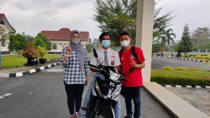 Berangkat Sekolah dari Subuh Jalan Kaki 12 Km, Annur Mum'in Terharu dapat Hadiah 1 Unit Honda Revo