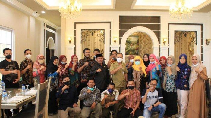 Anggota DPRD Kabupaten Bangka dari Fraksi PDI Perjuangan, Ismail Yuhaidir menggelar acara reuni bersama para pendamping Program Keluarga Harapan (PKH) Kabupaten Bangka di Rumah Makan Pangeran, Sungailiat, Selasa (5/10).