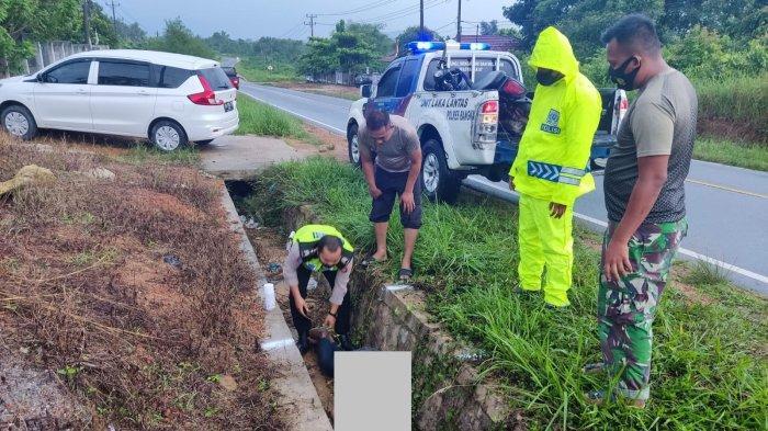 Alami Kecelakaan Tunggal, Mr X Bertato Slank Tewas Tertimpa Motor, Korban Masuk ke dalam Saluran Air