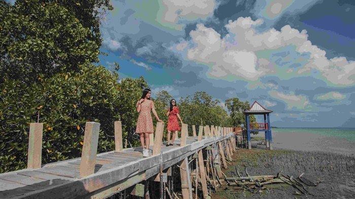 Suasana para pengunjung menikmati wisata hutan mangrove di Pantai Tukak, Kecamatan Tukak Sadai, Kecamatan Toboali, Kabupaten Bangka Selatan