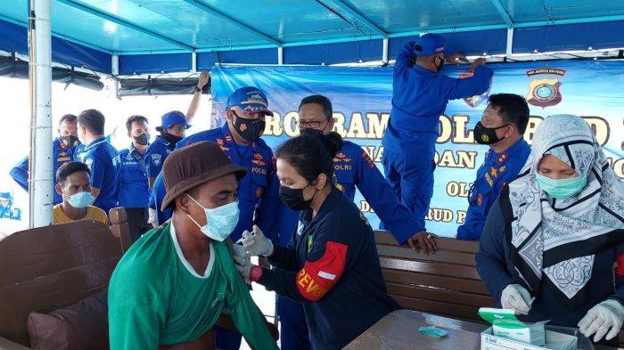 10 Nelayan Disuntik Vaksin Covid-19 di Atas KP Kedidi-3015 di Perairan Pulau Semujur