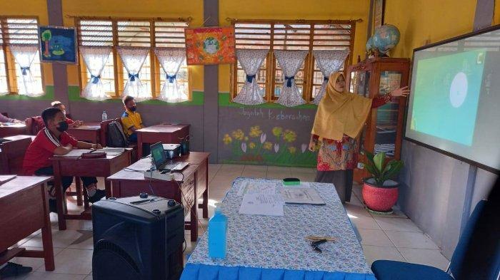 Kisah Dewi 14 Tahun Jadi Guru Honorer, Tunaikan Nazar Lulus PPPK Bagikan Nasi Kotak Untuk Lansia