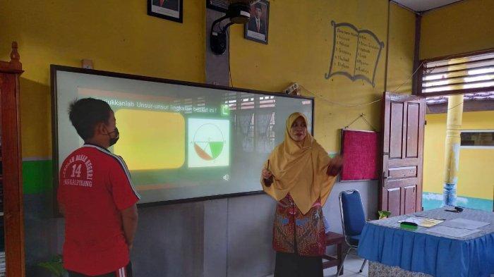 Guru Honorer Pangkalpinang Bagi-bagi Nasi Kotak untuk Lansia Setelah Lulus Seleksi PPPK