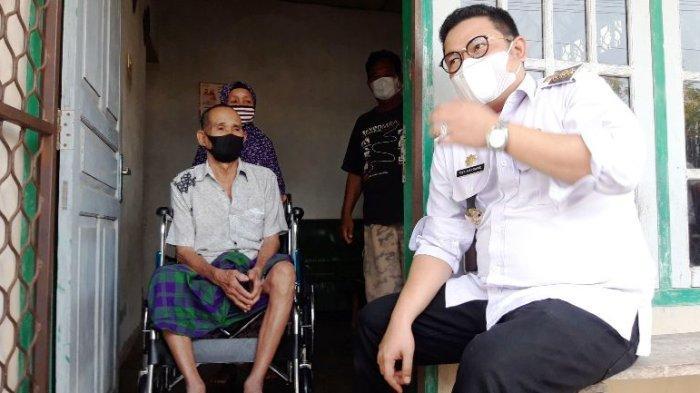 Lima Tahun Hanya Bisa Ngesot, Kakek Dinut Terharu Dapat Kursi Roda dari Bupati Bangka Selatan