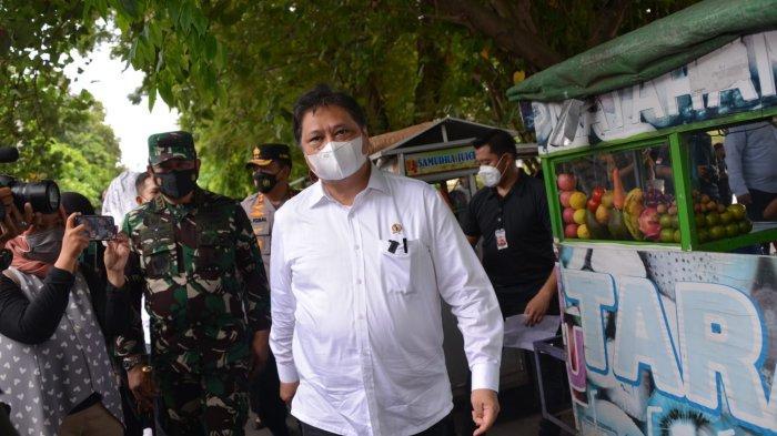 Menko Airlangga menyalurkan bantuan BT-PKLW kepada beberapa perwakilan PKL dan PW yang ada di Kota Mataram, Provinsi Nusa Tenggara Barat (NTB), Kamis (14/10)