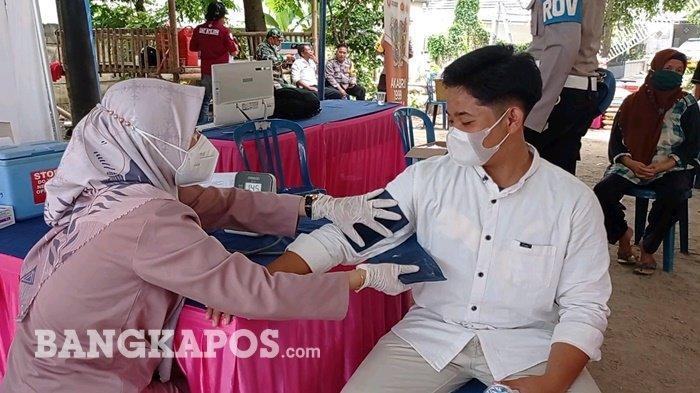 Seorang santri Ponpes MTAQ Ma'had Tahfizh Al-Quran (MTAQ) Zirr bin Hubaisy, Kelurahan Taman Bunga, Kecamatan Gerunggang saat mengikuti vaksinasi meredeka Akabri 1999 Peduli, Rabu (13/10/2021).