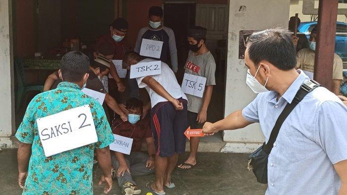 Satu dari 14 adegan olah rekonstruksi kasus pengeroyokan di Desa Bencah beberapa waktu lalu yang digelar di Mapolres Bangka Selatan, Rabu (17/2/2021).