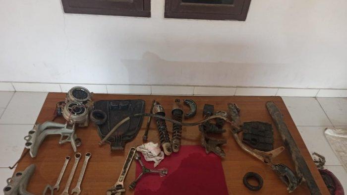 Barang bukti pelatan dan motor yang sudah dipreteli oleh dua pelaku pencurian kendaraan bermotor (curanmor) diamankan Tim Naga Polres Pangkalpinang, Jumat (19/2/2021)
