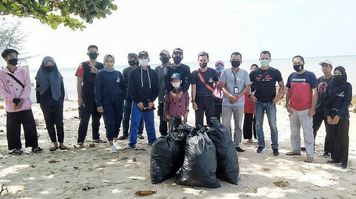 Bersih Pantai, Bujang Dayang Bangka Barat Gelar OPSEMTA di Pantai Batu Berani