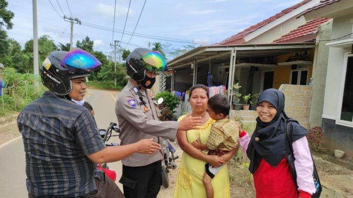 Anggota Polsek Gerunggang, antar bocah 4 tahun yang tersesat di jalan ke orangtuanya, di Kampak, Gerunggang Kota Pangkalpinang, Rabu (24/2/2021)