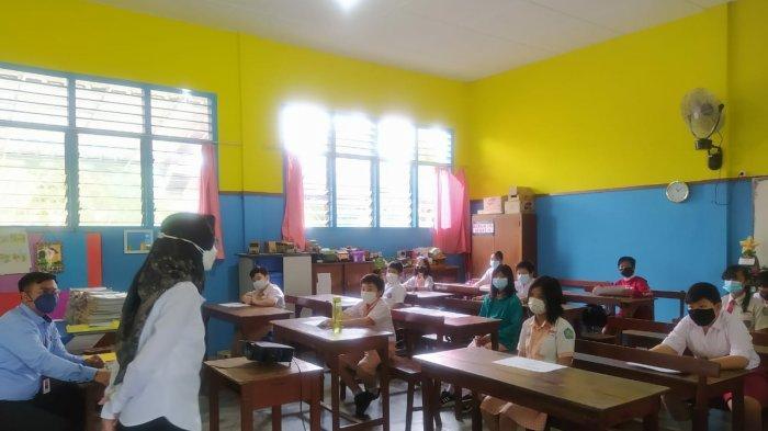 Rina Akhad Riyanti selaku Jaksa fungsional Kejari Bangka Barat saat menyapa para murid dalam program Class meeting kelas menulis di SD Santa Maria, Mentok, Bangka Barat