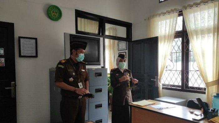 Asisten Pembinaan Kejaksaan Tinggi,  Nina Kartini, SH.,MH saat meninjau salah satu ruangan kerja pada Kejaksaan Negeri Bangka Barat dalam rangka kegiatan monitoring dan evaluasi