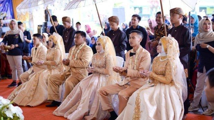 Populer- Lepas Status Janda Ibu ini Gelar Resepsi Pernikahan Bareng Tiga Anak Gadisnya Sekaligus