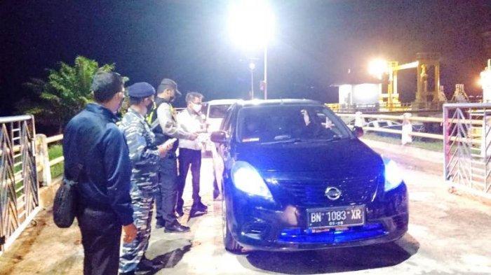 Pemeriksaan penumpang dan pengemudi kendaraan yang berlabuh di Pelabuhan Sadai oleh Satgas Pengendalian Covid-19 Kabupaten Bangka Selatan pada Rabu (19/5/2021).