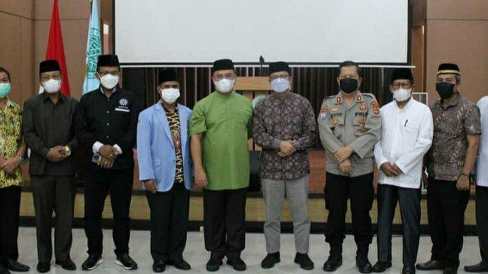 Gubernur Provinsi Bangka Belitung, Erzaldi Rosman bersama delegasi BKPRMI Provinsi, Kabupaten, Kota serta unsur Forkopimda Babel dan tamu undangan pada ajang FASI ke-XI tingkat Provinsi Bangka Belitung, Sabtu (03/07/2021).
