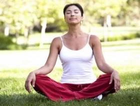 Jika bosan di dalam ruang, lakukan saja yoga di taman, namun pastikan tempatnya nyaman dan jauh dari kebisingan.
