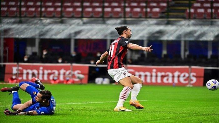 Penyerang AC Milan Zlatan Ibrahimovic (kanan) mencetak gol selama pertandingan antara AC Milan dan AS Roma di Stadion Meazza di Milan pada 26 Oktober 2020.