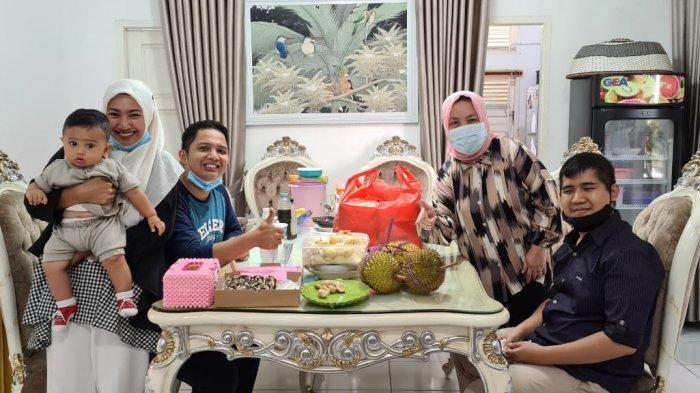 Rizki bersama istri dan anaknya saat silaturahmi ke kediaman Sekda Kota Pangkalpinang, Radmida Dawam beberapa waktu lalu sebelum terbang ke Kalimantan menggunakan pesawat Sriwijaya Air yang jatuh di Kepulauan Seribu, Sabtu (9/1/2021)
