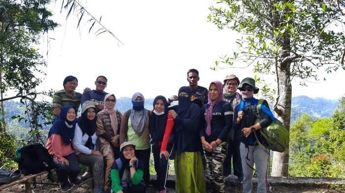 Jurus Sehat Rame-Rame, Komunitas Ibu-ibu Suka Mendaki Bukit, Nikmati Keindahan Alam dari Ketinggian - ade7.jpg