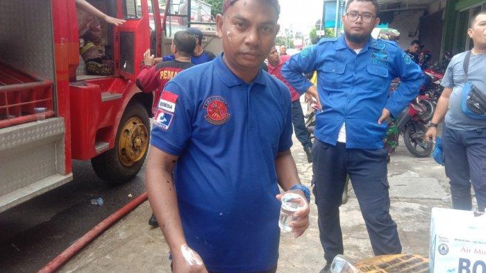 Aksi Pemadam Kebakaran Padamkan Api di Ruko Dunia Lampu Hingga Alami Luka Bakar