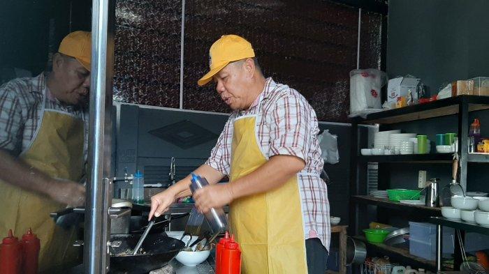 Hidayat Arsani memasakan menu mie panglima