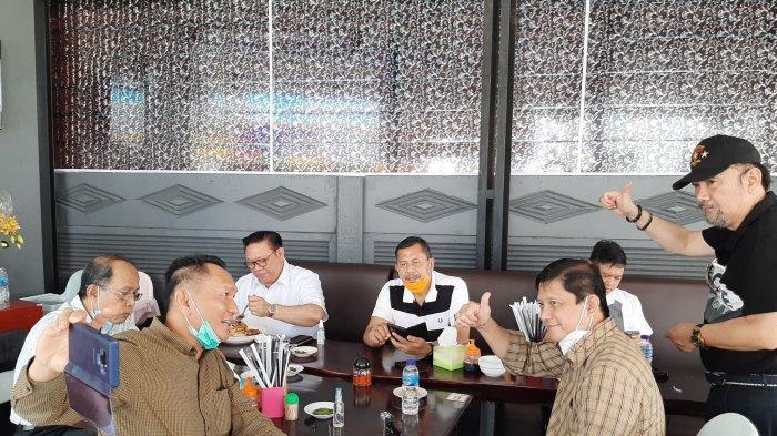 Anggota Dewan Pertimbangan Presiden Agung Laksono bersama Anggota DPR RI Komisi VI dari Fraksi Partai Golkar Bambang Patijaya (BPJ)  dan rekan lainnya saat menikmati Mie Panglima milik, Sabtu (6/2/2021).