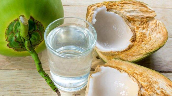 Bukannya Bermanfaat, Air Kelapa Justru Berbahaya untuk Orang yang dalam Kondisi Ini