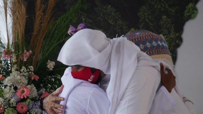 Akbar Pemulung Anak Angkat Syekh Ali Jaber Menangis Pilu Saat Tahu Sang Ulama Wafat