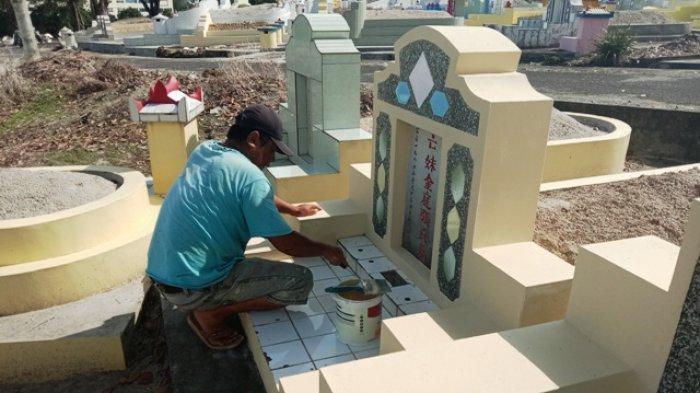 Akong Warga Semabung Ketiban Rejeki, Dapat Job Bersihkan 15 Makam Menjelang Ceng Beng