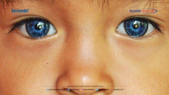 Sederet Potret Orang-orang Bermata Biru dari Minangkabau, Begini Sejarahnya - alika-25-berpose-di-rumahnya-si-mata-biru-okee.jpg