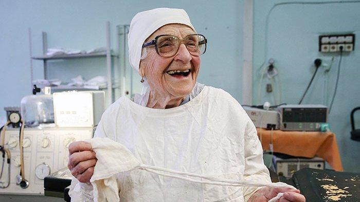 Nenek Berusia 89 Tahun Ini Masih Aktif Jadi Dokter Bedah, Ternyata Inilah Rahasianya