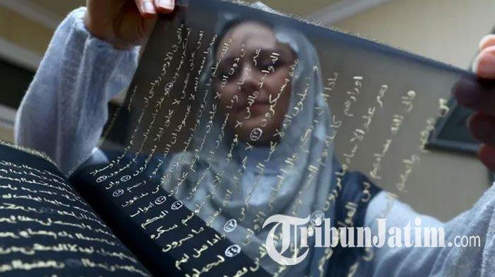 Seniman Ini Habiskan 3 Tahun Tulis Al Quran Pakai Tinta Emas