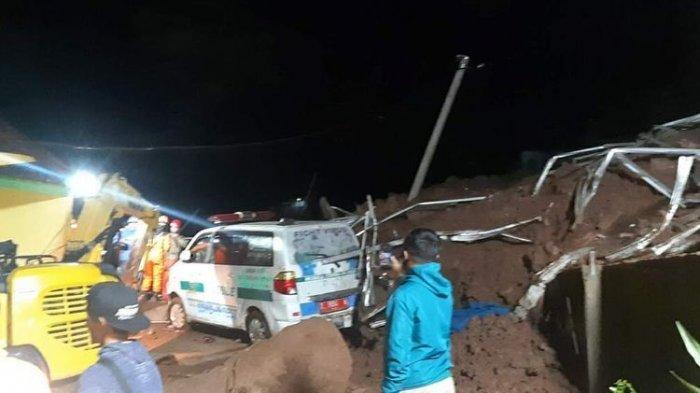 Ambulance yang disiagakan rusak berat akibat longsor susulan di Cimanggung, Sumedang, Jawa Barat, Sabtu (9/1/2021) malam. AAM AMINULLAH/KOMPAS.com