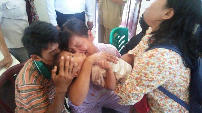 Orangtua Asuh Pingsan Tak Rela Serahkan Anak Adopsi ke Dinas Sosial