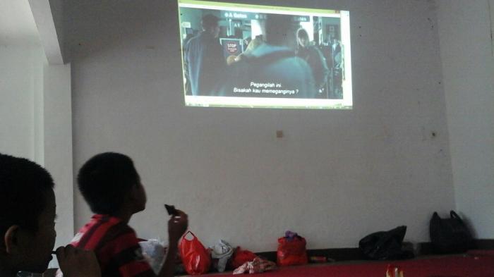 Anak Panti Korban Banjir Dapat Tontonan Film Gratis di Posko