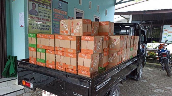 Andri salah satu tokoh Masyarakat desa Sekar Biru kecamatan Parit Tiga kabupaten Bangka Barat berbagi paket minuman dan daging sapi kepada masyarakat desa Sekar Biru, Rabu (04/05).